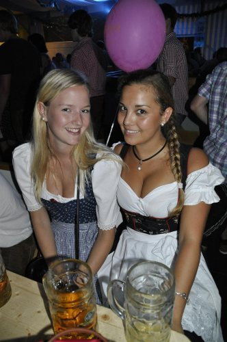 dirndl-girls-at-a-festival