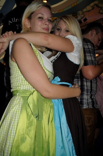 dirndl-girls-hugging