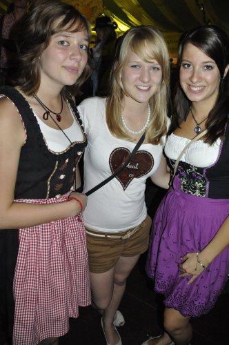 girls-in-dirndls-and-lederhosen