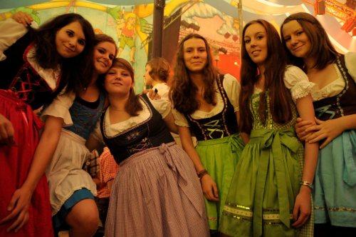 groupl-of-girls-in-dirndls