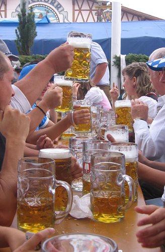 munich-oktoberfest-2014-beer-drinkers
