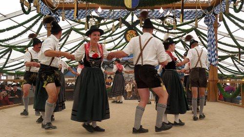 munich-oktoberfest-2013-dancing