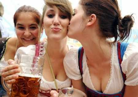 munich-oktoberfest-2014-girls-kissing