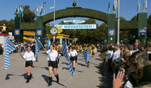 munich-oktoberfest-2013-marching-girls