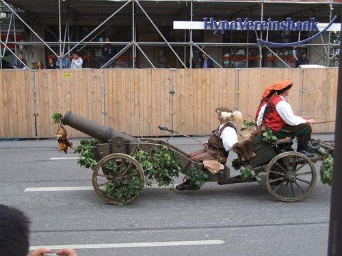 munich-oktoberfest-2013-parade-cannon