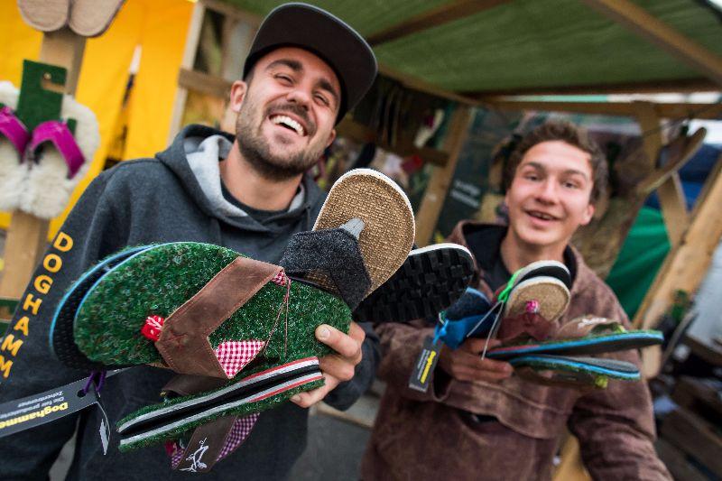 Munich-streetlife--grass-flip-flops