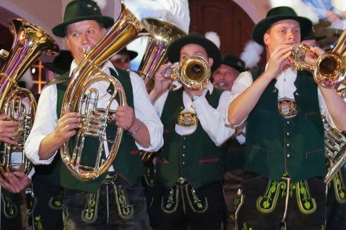 oktoberfest-band-wiesn-tent