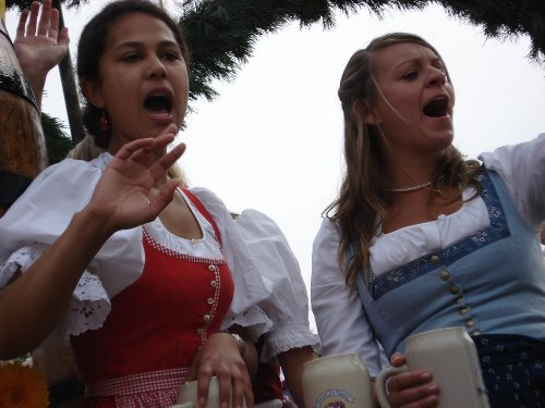 oktoberfest-munich-girls-in-parade