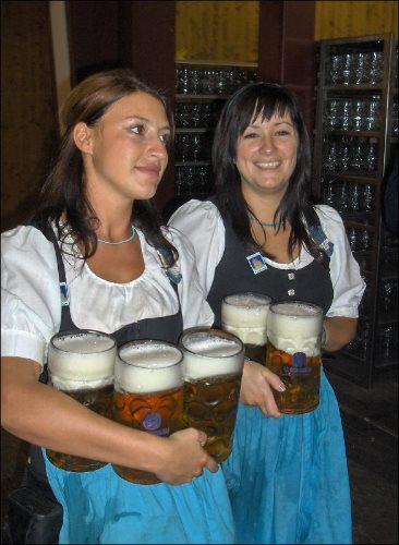 oktoberfest-munich-waitresses