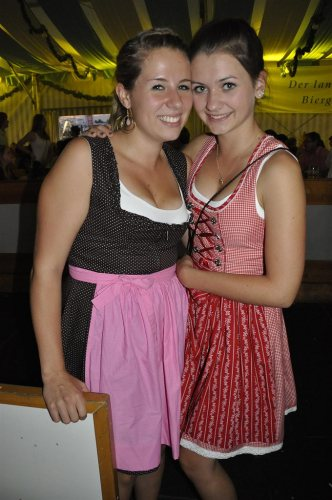 2-girls-in-dirndls