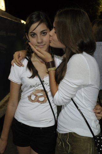 girls-kiss-in-lederhosen