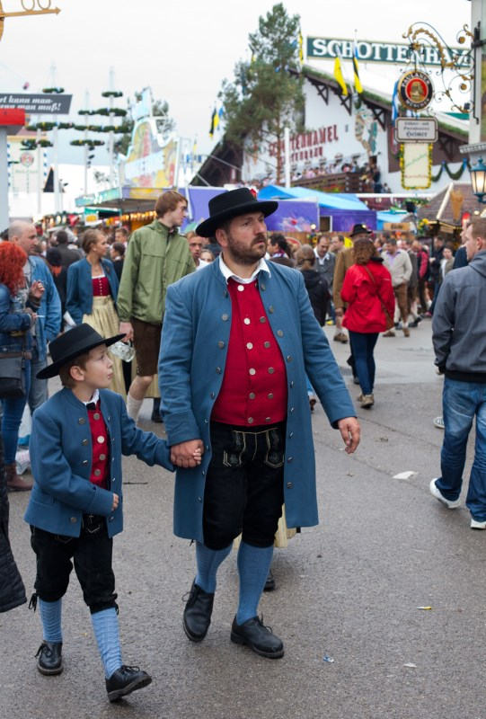 kids-at-oktoberfest-munich