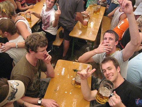 munich-oktoberfest-2013-guys-smoking