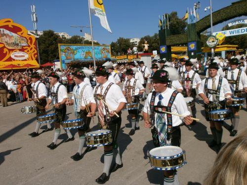 munich-oktoberfest-2013-lederhosen-marching-band