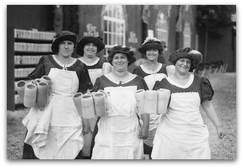 oktoberfest-waitresses-1928
